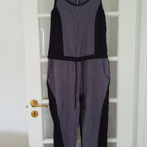 Skøn buksedragt i sort og grå. Bindebånd i livet og lommer, lille knap i nakken.   #Secondchancesummer