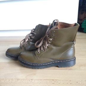 Dr martens lignende støvler af mærket Claudia Ghizzani, er som nye. Kom gerne med bud