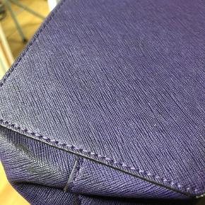 Se billeder for bunden af tasken og andre småfejl. Tasken skal renses, dette er ikke prøvet.