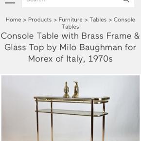Smukkeste originalt vintage MILO BAUGHMAN messing konsolbord med røgfarvede glas...Italiensk design, 1970-1979...super fin vintage stand, glasplader intakt...H83 x B110 x D35cm. Messing stellet kan skilles ad. Gerne mobilpay eller kontant ved afhentning. Køber står selv for evt.fragtaftale.