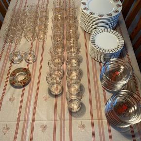 Holmegaard julestel / sælges samlet   Dug / 290 x 150cm / med få pletter - ikke forsøgt pletfjernet  14 x middagstallerkner / ø 26cm / ingen skår 12 x frokosttallerken / ø 19 cm / ingen skår 12 x isasietter / ø 14 x h 4,5 cm / ingen skår, en med falmet hjerte 17 x ølglas / ø 7 x h 12,5 cm / ingen skår / enkelt med falmet guld 8 x vandglas / ø 6,2 x h 10 cm / ingen skår / enkelte med famlet guld 12 x snapseglas / ø 4 x h 6,5 cm / ingen skår  2 x lysestager kubeformet / ø 6 x h7,5 / ingen skår, den ene har få falmet steder på guldstjernerne 1 x lysestage flad / ø 11,3 x h 3,5 / ingen skår