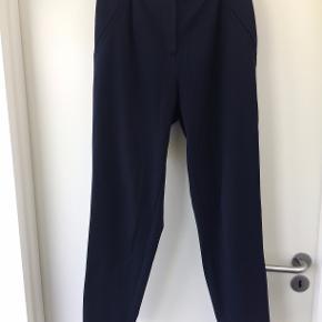 Fin mørkeblå buks købt i vero moda, med elastik bagpå. Fejler intet og sælges da jeg ikke bruger dem.