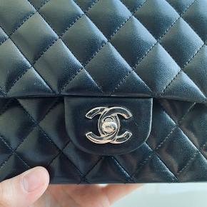 Overvejer at sælge denne fine klassiske Chanel medium flap bag i sort lammeskind med sølv hw.  Tasken er i rigtig fin stand og læderet stadig blødt og glat. Der er minimal brugsspor på hjørnerne ellers er formen og det hele stadig rigtig fint. Se billeder :)  Der følger: Dustbag og æske med  Mindstepris: 29000pp