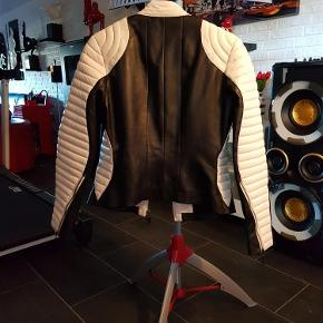 Varetype: Læder jakke (300 kr) Farve: Sort/hvid  Brugt 1 gang, har desværre fået lidt farve på skulderen, se billed.