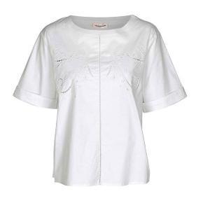 Super fin kortærmet skjortebluse fra Custommade. Modellen er rundhalset og har nogle fine detaljer i stoffet, str. 36 Helt ny og med mærke på endnu - nypris 1000,- Købt hos Rikke Solberg. Superflot til bla. et par slidte jeans 🙂