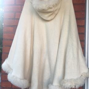 Virkelig lækker råhvid poncho i 100% ren uld med hætte. Størrelse er m/l . Aldrig brugt. Købt i Lyngby for et par år siden for 1000,- Mener den er fra Uldkompaniet men der er ingen tags og det har der aldrig været .