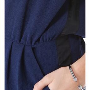 Smuk klassisk buksedragt til hverdag eller bryllup. Den er en str. 36.