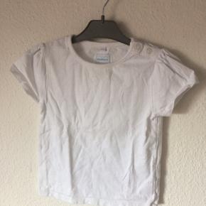 Bluezoo - basic baby t-shirt Str. 80 Næsten som ny Farve: hvid Lavet af: 100% cotton Køber betaler Porto!  >ER ÅBEN FOR BUD<  •Se også mine andre annoncer•  BYTTER IKKE!