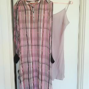 Skøn kjole i viscose. Tilhørende underkjole medfølger. Str M.