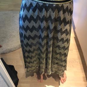 Sælger denne fine nederdel, som fremstår som ny da den kun er brugt 2 gange. BYD gerne.