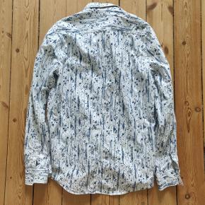 En frd, mønstret skjorte fra Just Junkies. Med de fede figurer bliver skjorten peppet op fra en kedelig, normal skjorte, til noget helt specielt! Byd gerne :)