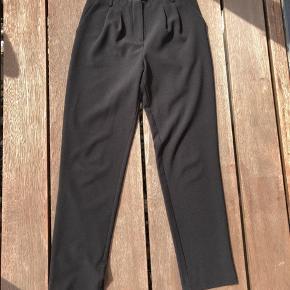 Flot og elegant buks i sort let stof fra Anna Field, meget velsiddende,