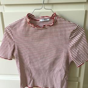 Sød sommerlig t-shirt fra Zara. Er en smule cropped i længden.