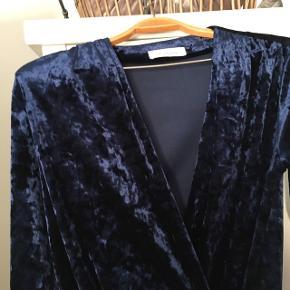 Så fin samsoe samsoe bluse i mørke blå velour   Køber betaler fragt.