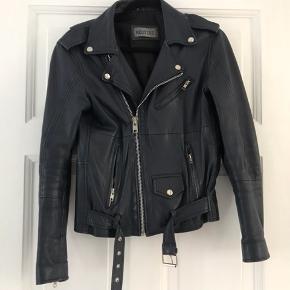 Mega lækker Meotine-jakke. Jakken er kalveskind og i mega god stand. Købt for 2000kr. Sælges udelukkende da jeg ejer for mange jakker 😊 kun seriøse bud tak!