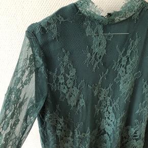 Blondebluse i blå-grøn farve