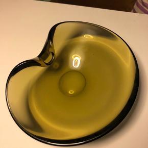 Fin grøn glasskål glasfad skål fad. Holmegaard. Retro Vintage. Derfor patina (se billede)  Mål: ca. 17 x 22 cm. Højde ca. 7 cm. Sendes ikke, da det er ret tungt.