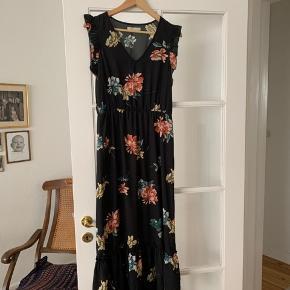 Sød kjole fra Pigalle Paris  Str. 36 købt på en ferie men ikke brugt  134 cm lang  Med elastik i taljen og flæsedetalje på det nederste stykke.  #sommerkjole 🌞
