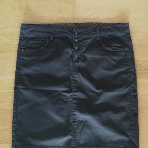 Flot nederdel med lille slids bagpå. Der er lidt stræk i den 98% bomuld  2% elastan   Jeg har masser af tøj til kun 25,- pr. del. Ta' 5 dele a 25,- og få dem for kun 100,-  Send mig en besked med de ønskede dele, og så skal jeg nok oprette en fælles handel :)