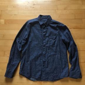 A.P.C. skjorte i medium.  Skjorten er brugt flere gange og er i fin stand.  Tjek også min andre ting. Jeg tilbyder mængderabat.