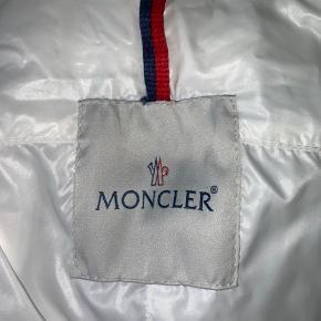 Sælger min skønne Moncler jakke. Den fitter en s/m, og vil primært sige det er en sommerjakke.  -jakken vil blive vasket osv. før afsending🌸