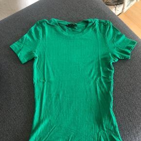 Flot grøn t-shirt fra Monki. Lidt nusset på maven, deraf prisdn
