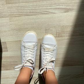 Sælger disse lacoste sko, da de er for små.   Brugt, men stadig fine hvis de bliver rengjort.   BYD - skal bare have dem solgt