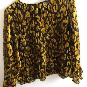 Fineste bluse fra Samsøe & Samsøe - fitter XS og S (jeg er selv en small og passer den helt fint) 💛 Jeg har desværre ikke fået den brugt i lang tid.
