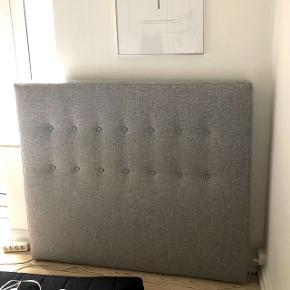 Sengegavl. Købt i IDEmøbler til 2500kr. Brugt i et år og fremstår som ny. Den måler 140 x 200. Kvittering medfølger