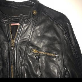Skindjakke fra Saint tropez - prisen efter standen, da jeg brugte den lidt en overgang. Nypris var omkring 1800kr ❤️