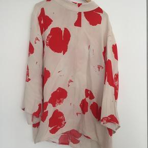 Smuk løs bluse fra Second Female. Akvarel agtigt mønster i lidt japansk stil. Ærmerne er brede og lidt som en lang t-shirt, snittet ret klassisk.