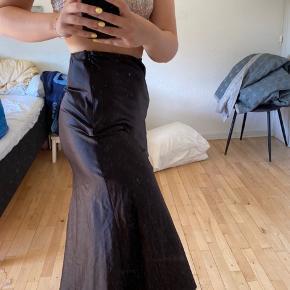 Lækker satin nederdel fra Bershka Næsten ikke brugt  Mp: 100