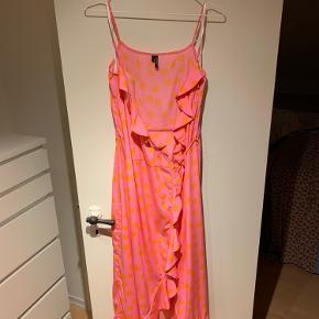 Sommerkjole, som intet fejler. Kan afhentes i Horsens eller Århus, ellers betaler køber fragt. Er åben for bud.