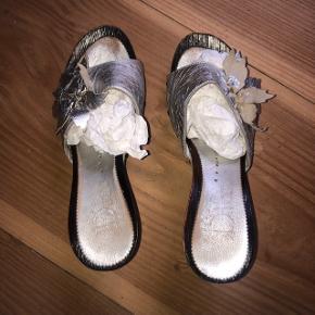 vintage dior sko. der står størrelse 40, men passer en 38. blomsten ovenpå er lidt foldet sammen. meget fine!  250kr 💛  #30dayssellout