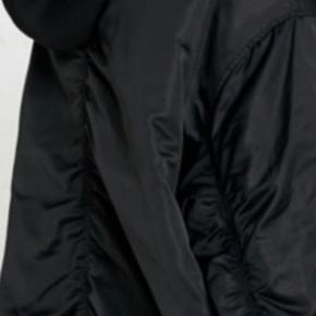 Oversize sort bomber jakke fra UO i str S  Stor i str - så passes også af M og nok også L - se mål. Kan bruges forår & efterår samt vinter med sweater under. Der er aftagelig knap hoodie hætte og orange foer og rib kanter ved ærmer samt nederst på jakken og model har to side skrålommer. Længde ca 80 cm målt fra nakkekant og ned - bredde fra ærmegab til ærmegab ca 61-62 cm Ærmer fra lav skulderkant og ned ca 58 cm Fra armhule og ned ca 46 cm Nypris mere end 900 - sælges for langt under halv pris. Hvis afhent 275 Der kan evt følge en UO Tote bag med! (Har den også i XS som r knap 2 cm mindre i bredde og længde (som passes fra XS til mindre M - se anden annonce)
