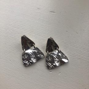 Helt nye øreringe fra Pilgrim, aldrig taget i brug. Bytter ikke og køber betaler fragten 😊