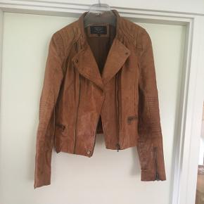 Mega fed læder jakke fra Zara i str. L. Den er brugt en et par gange, men fortsat super fin. Der er en lille mangel på det ene spænde på rykken, men ikke noget man ser. Kan ses på sidste billede. Der står i den at den er ægte læder. Den er lidt lille i størrelsen  Nypris 800kr.