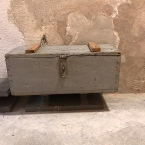 Fin kiste til opbevaring af småting eller som pyntekiste. Måler 60x23x24.