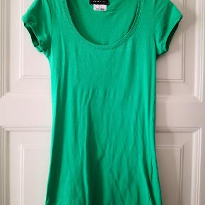Fin tætsiddende t-shirt fra Modström med masser af stræk i der gør den behagelig at have på.