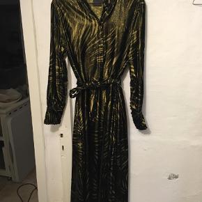 Varetype: Maxi Farve: Guld, Sort Oprindelig købspris: 1600 kr. Prisen angivet er inklusiv forsendelse.  Flot velour kjole i sort/guld. Brugt 1 enkelt gang til et bryllup. Fremstår som ny. Med tilhørende underkjole. Nypris 1600 kr.