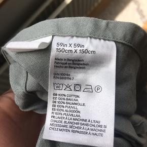 Fin rund grøn dug fra H&M home Vasket en enkelt gang da jeg modtog den. Har kun lagt på på bordet for at dække nogle ridser. Nu har jeg ikke bordet mere og må derfor skille mig af med dugen.  Fremstår som ny