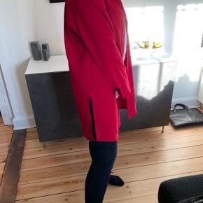Fed jakke. Den er tynd, så ikke vinterjakke