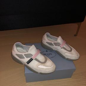 Sælger mine Prada sneakers til en god pris   - Fitter også en str 42 - Skoene vil blive renset før salg! - Boks følger med osv
