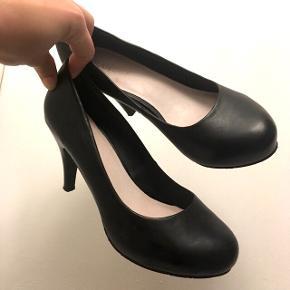 Lækre bianco heels str. 37. Har lidt klister bagpå fra salgsmærke men det ses ikke når de er på.