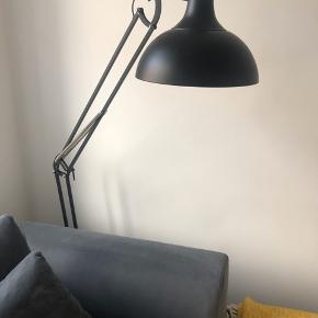 Super flot og stilet standerlampe fra Ilva.  Model: Hobby deluxe Gulvlampe 180 cm -  nypris: 1099 kr.  Har nogle enkelte små ridser på foden, ellers helt som ny.  Bemærk glødepære kan evt. købes med.