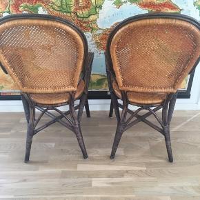 To spisebordsstole i flet fra Ilva. Mener de hed noget med Bungalow, de er som cafestole med armlæn. Brugt men pæn stand med enkelte brugsspor på den enes armlæn og kant. Der medfølger to lyse hynder, de har lidt pletter og nus men betrækket kan tages af og vaskes/renses. Man sidder rigtig godt i stolene. Nypris pr stol var 1500-1600kr.  Pris pr stol 375kr. Hvis det ønskes kan et hvidt fåreskind medfølge for 100kr. pr stk.