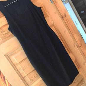 Kjole med blå striber - passer en M-L. God med en hvid t-shift under.