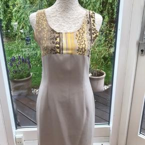 Fin kjole i polyester str 38, af ukendt mærke. Kjolen har foer og lynlås i ryggen