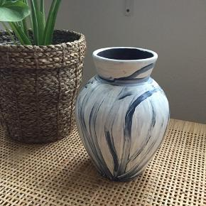 Smuk lerkrukke - vase - deco.  Højde 24 cm.   Skal hentes i Ågade i Aalborg. Eller sendes på købers regning OG EGET ANSVAR!
