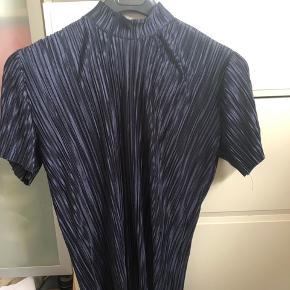 Fin plisseret satin bluse, brugt få gange. God stand. Byd gerne, sender via dao på købers regning. Kommer fra et røgfrit hjem.